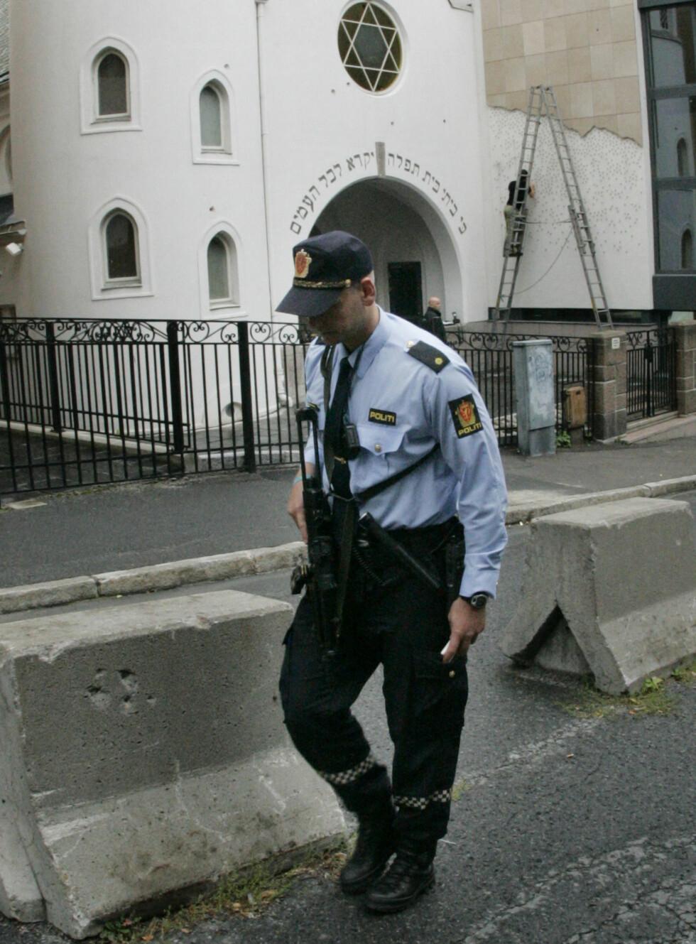 ÅSTED: Mot denne synagogen i Oslo skal det ha blitt løsnet minst 13 skudd. Foto: SCANPIX