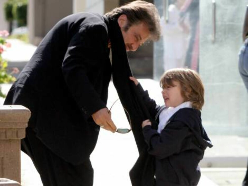 Al Pacino har tre barn - inklusive tvillingparet Anton og Olivia. Her maser Anton på pappa. Foto: All Over Press