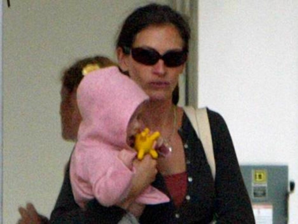 Venice Beach 20050917  **EXCLUSIVE**  New mom Julia Roberts took her infant daughter Hazel to a family center in Venice Beach for a morning of bonding.  The center offers classes for both mothers and their children, such as the Mommy and Me dance class th Foto: Stella Pictures