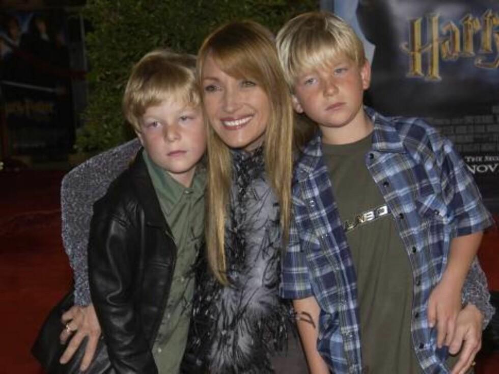 Skuespillerinnen og Bond-baben Jane Seymour med tvillingbarna Johnny og Kris. Foto: All Over Press
