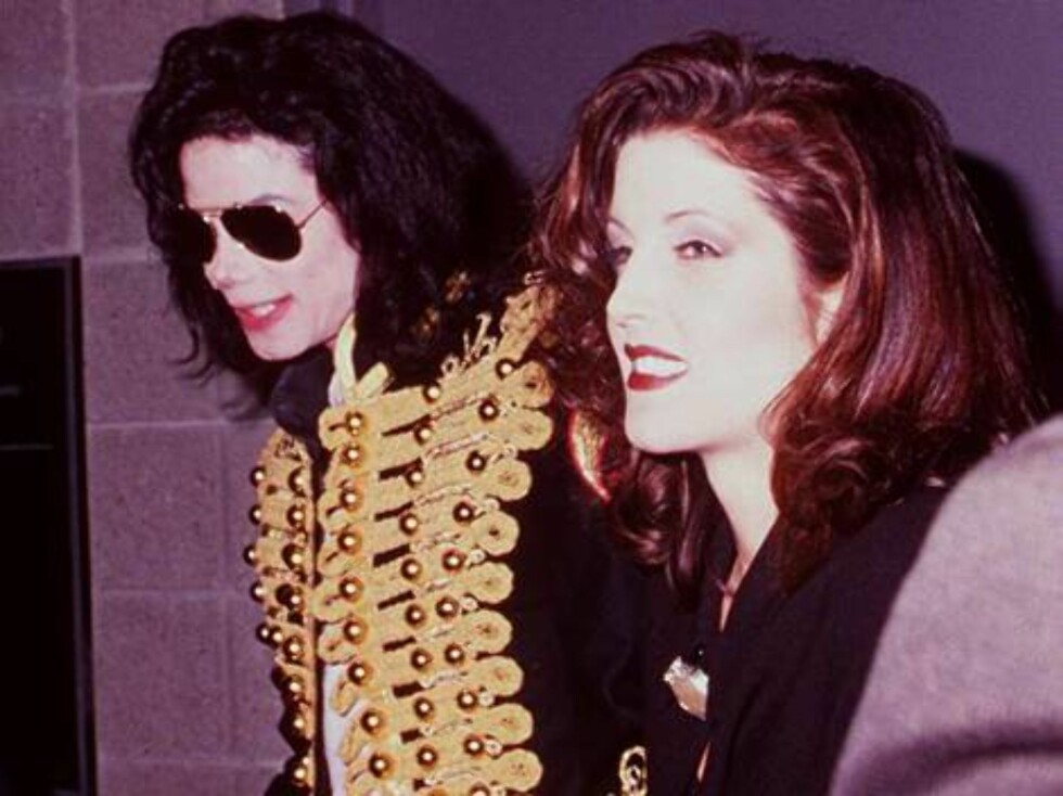 """OCTOBER 7, 1994 MEMPHIS, TENN. MICHAEL JACKSON & LISA MARIE PRESLEY BACKSTAGE AT """"ELVIS THE TRIBUTE"""" AT THE PYRMID THEATRE. /Online USA/Tammie  Arroyo Getty Images/ALL OVER PRESS Foto: All Over Press"""