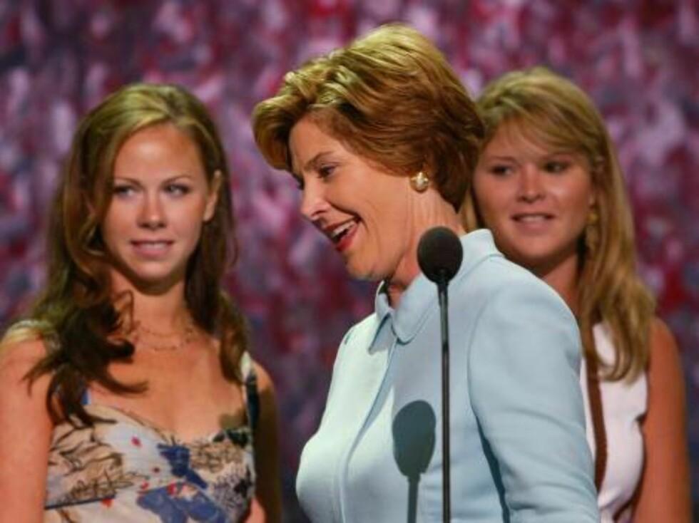 Barna til George W. Bush, Jenna og Barbara. Her er de sammen med mamma Laura. Foto: All Over Press