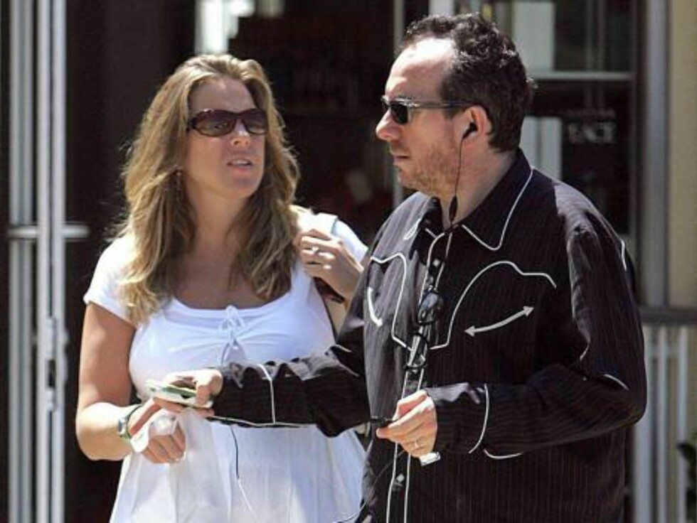 British singer Elvis Costello and his pregnant wife Diana Krall spend the day shopping in Los Angeles, CA. The happy couple, who are expecting their first child in December, bought CD's from Tower Records and then went on to buy linens and cushions from p Foto: All Over Press