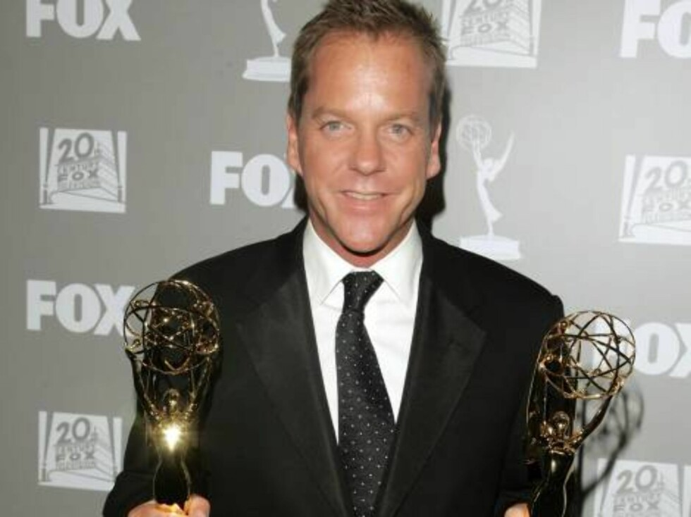 BEVERLY HILLS, CA - AUGUST 27:  Actor Kiefer Sutherland arrives holding the Emmy Award for Actor, Drama Series and Drama Series at the 20th Century Fox Television and FOX Broadcasting Company 2006 Emmy party held at Spago on August 27, 2006 in Beverly Hil Foto: All Over Press