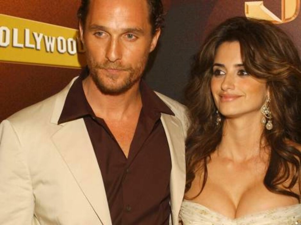 """MADRID, SPAIN - APRIL 13:  Actress Penelope Cruz and co-star actor Matthew McConaughey arrive for the Spanish premiere of their new film """"Sahara"""" at the Palacio de la Musica Cinema on April 13, 2005 in Madrid, Spain.  (Photo by Carlos Alvarez/Getty Images Foto: All Over Press"""