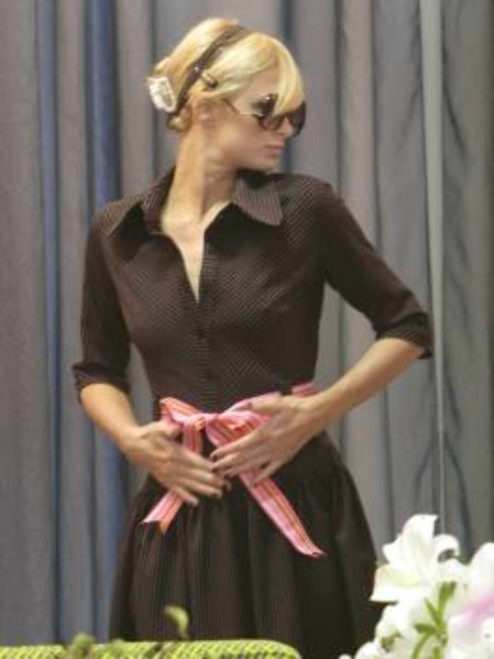 Los Angeles 2006-09-21  Heiress turned actress and singer makes a little shopping spree in Los Angeles, CA, USA on September 20, 2006. After trying in some different outfits and pieces of jewellery, Paris left the store without anything... Stuck on her ce Foto: STELLA PICTURES