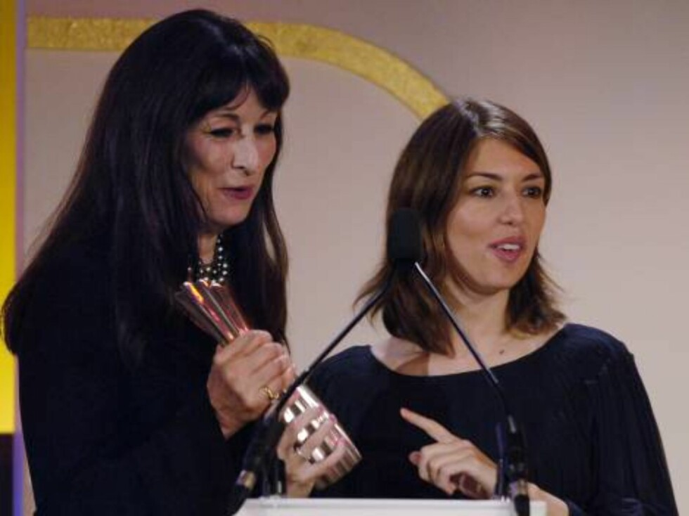 Director Sofia Coppola, right, accepts her Icon Award from Angelica Huston at the 13th Annual Premiere Women in Hollywood event in Beverly Hills, Calif., Wednesday, Sept. 20, 2006. (AP Photo/Chris Pizzello) Foto: AP/Scanpix