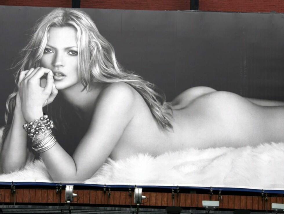 MED RUMPA BAR: Kate Moss har kun på seg armbånd på de nye posterne. Foto: Stella Pictures