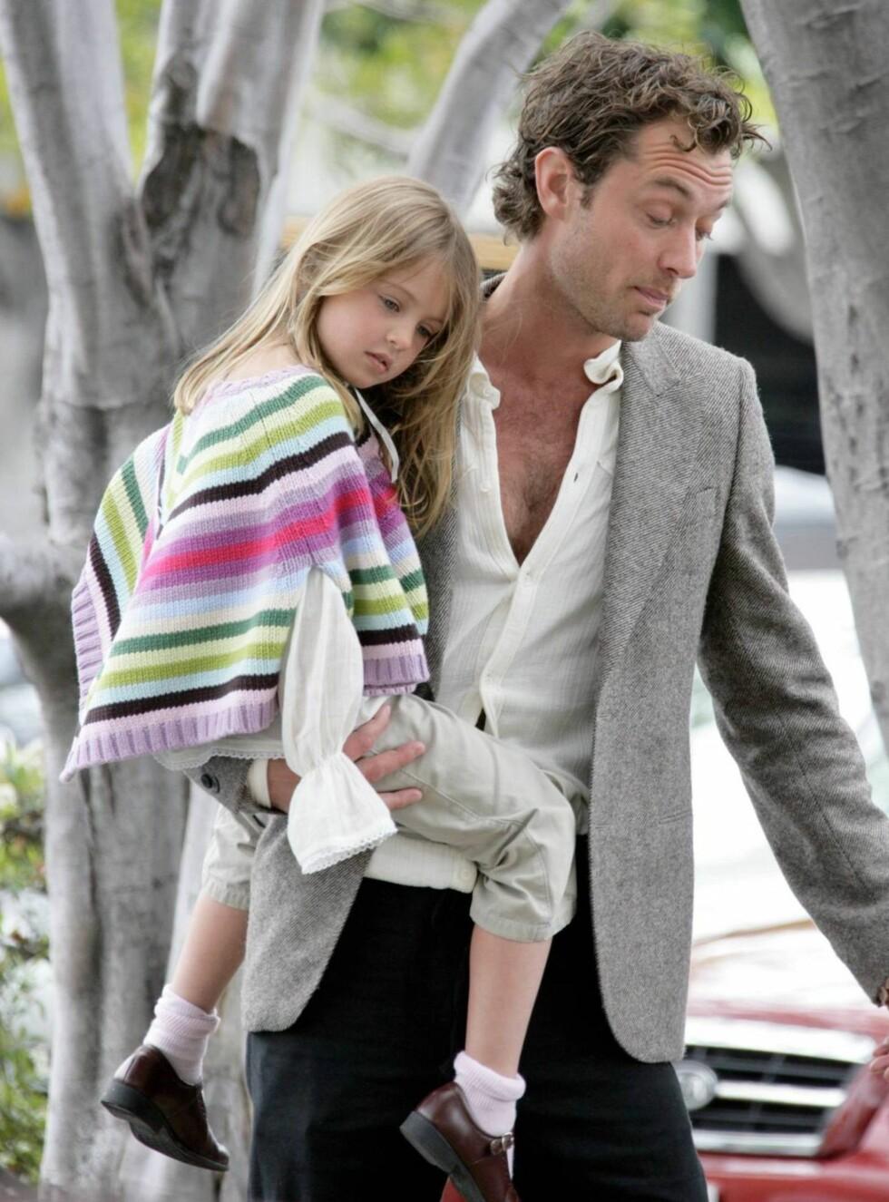 DELER BYRDEN: Jude Law har ansatt ny barnevakt. Foto: All Over Press