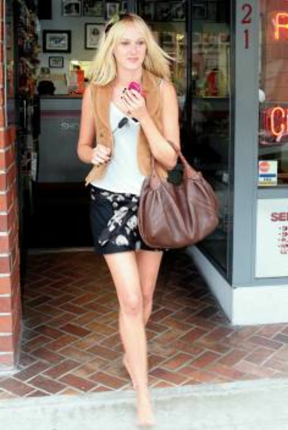 EXCLUSIVE. A barefoot Kimberly Stewart enjoys her shopping in Beverly Hills, CA, USA on May 19, 2006.   Photo: VIPIix/ABACAPRESS Code:4001/98131  COPYRIGHT STELLA PICTURES Foto: Stella Pictures