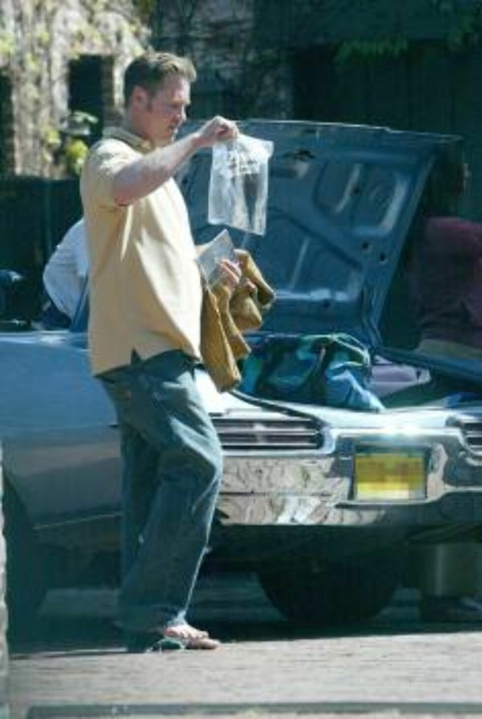 LOS ANGELES 040328 - Val Kilmer barefoot loading up his car in Hollywood.   PHOTO: Fame Pictures Code: 4002  COPYRIGHT STELLA PICTURES Foto: Stella Pictures