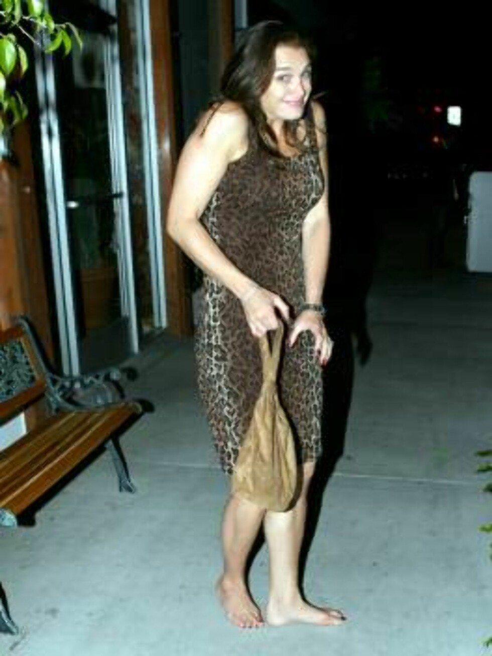 Brooke Shields leaves a restaurant whre it seems she forgot her shoes!!! June 18, 2006 X17agency EXCLUSIVE Foto: All Over Press
