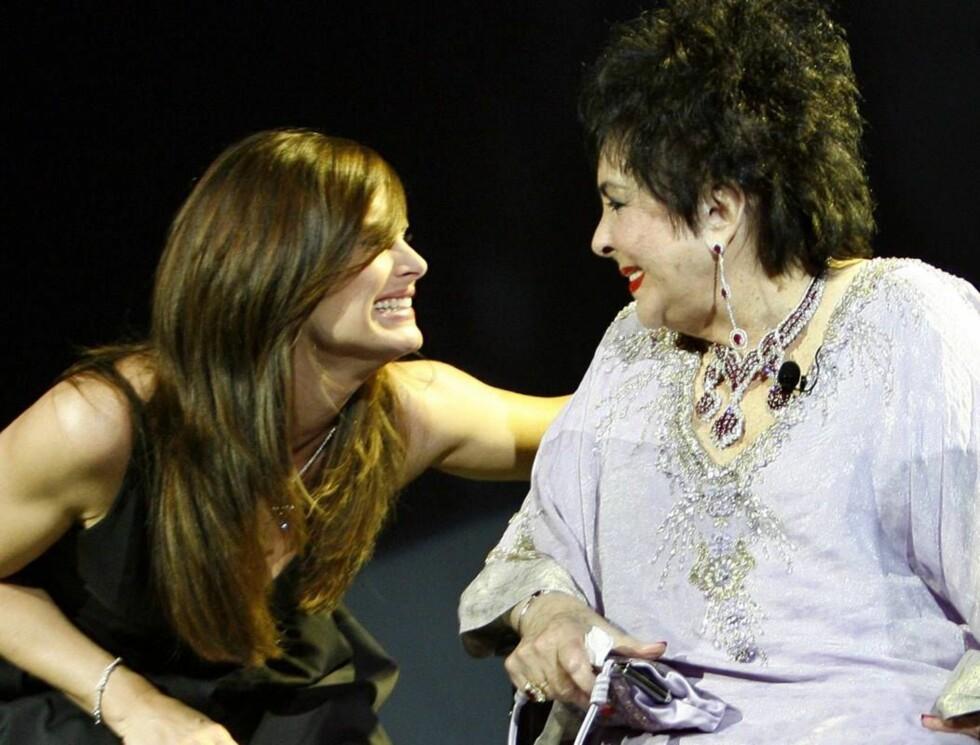 STORE STJERNER: Skuespilleren Brooke Shields hedret divaen Elizabeth Taylor. Foto: AP/Scanpix