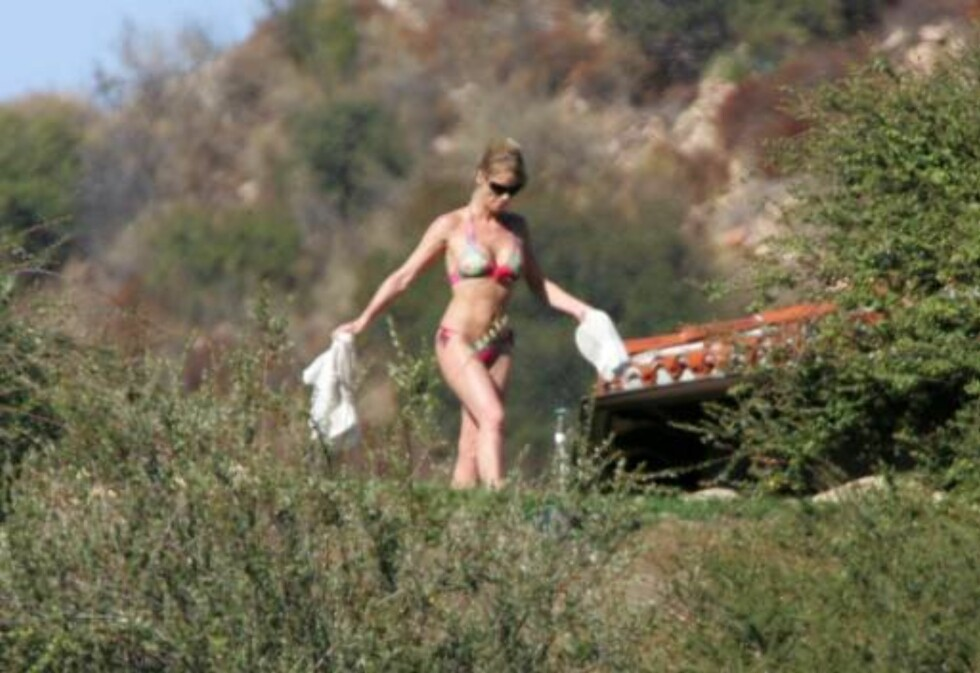US 2006-09-23  ***EXCLISIVE***     At 43 Nicollette Sheridan has a body that women 10 or even 15 years younger might envy. While out at a friend's country home in her bikini, Nicollette shows that she has ab's and pec's and delt's that still look taught a Foto: STELLA PICTURES