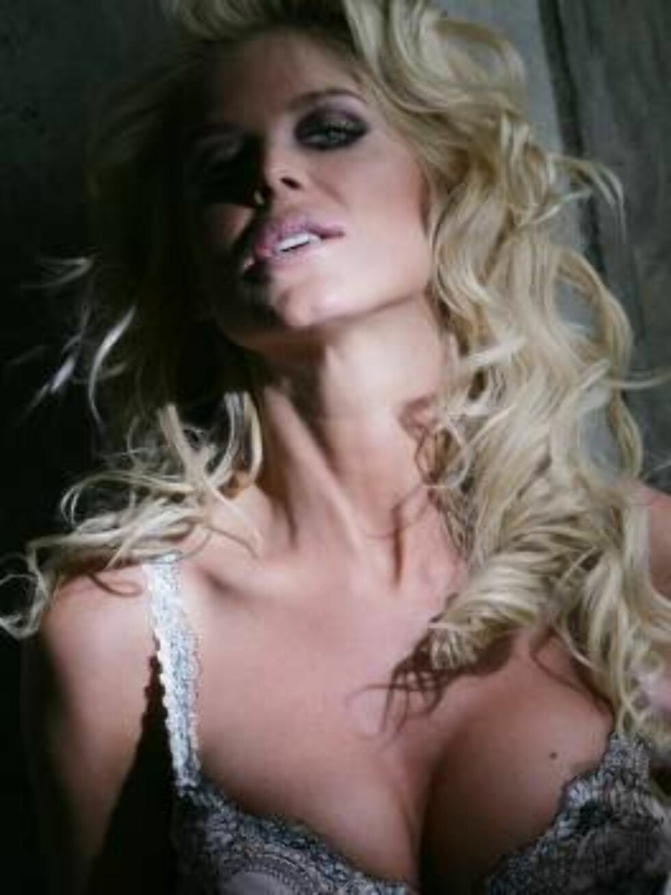 London 2006-03-21  Victoria Silvstedt at a photo shoot in London for her new lingerie line called VVS. The clothes she is wearing is VVS. Very Victoria Secret.    Photo: Thomas Engstrom Code: 2011  COPYRIGHT STELLA PICTURES Foto: Stella Pictures