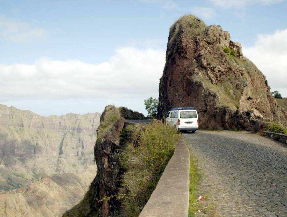 STUPBRATT: Fjellsidene på Santo Antão er dramatiske saker. En biltur her anbefales ikke for dem med høydeskrekk. Foto: Se og Hør