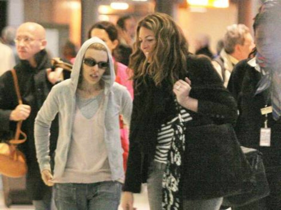 ROISSY 2006-04-26.  EXCLUSIVE. Aussie singer Kylie Minogue arrives at Roissy airport near Paris, France from NYC wearing sun glasses and hood on April 26, 2006.   Photo: DR Code: 4001/96511  COPYRIGHT STELLA PICTURES Foto: Stella Pictures