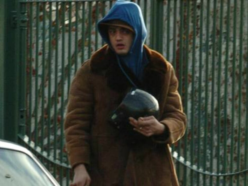 London 20051202T  Pete Doherty is spotted on Homerton High St on his scooter, wearing his hood over his helmet to make it look like he had a helmet. He then went to a friend's car to get a helmet, but could not get it to fit. Pete was looking pretty shift Foto: Stella Pictures