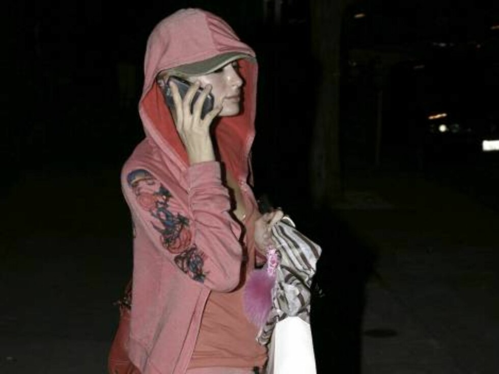 Paris Hilton leaving her skin care specialist in Beverly Hills where she had treatment for her face. The star hides her sweaty face under a hood as she rushes to her car. January 30, 2006 X17agency EXCLUSIVE / ALL OVER PRESS Foto: All Over Press
