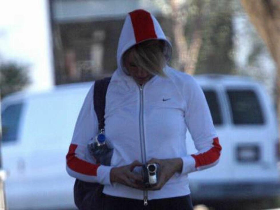 Code: X17XX8 - no code, Hollywood, USA, 15.12.2004: Cameron Diaz going to the gym with her video camera. Cameron uses her hood and her hair to hide from the photographers. All Over Press / X17 Picture Agency   exclusive / ALL OVER PRESS Foto: All Over Press
