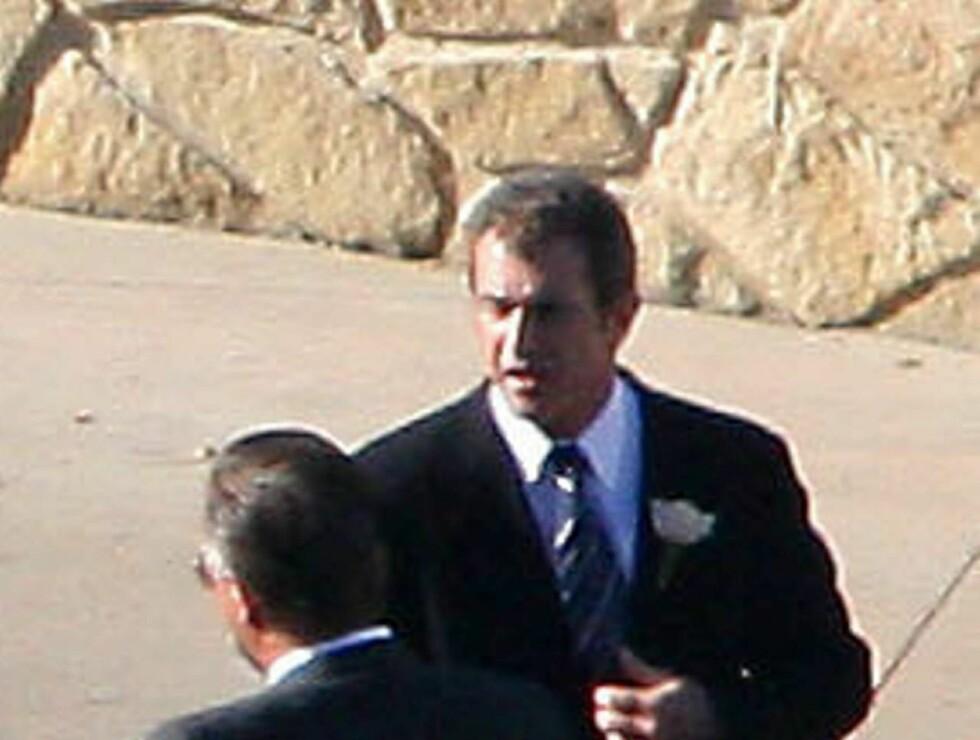 HELSPENN: Mel ville at alt skulle gå riktig for seg. Her sender han brudeparet av gårde i limousinen. Foto: Stella Pictures