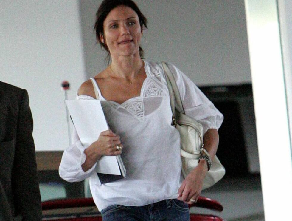 I FARTA: På vei inn til kontoret sitt viser Cameron at hun bærer en ring... Foto: STELLA PICTURES