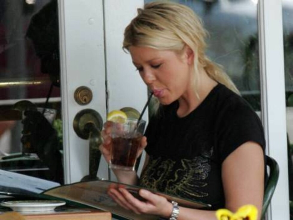 Tara Reid looks upset as her tv show Taradise just got cancelled. She goes to Cafe Med restaurant on Sunst and orders a Diet Coke. Pctober 1, 2005 X17agency EXCLUSIVE / ALL OVER PRESS Foto: All Over Press