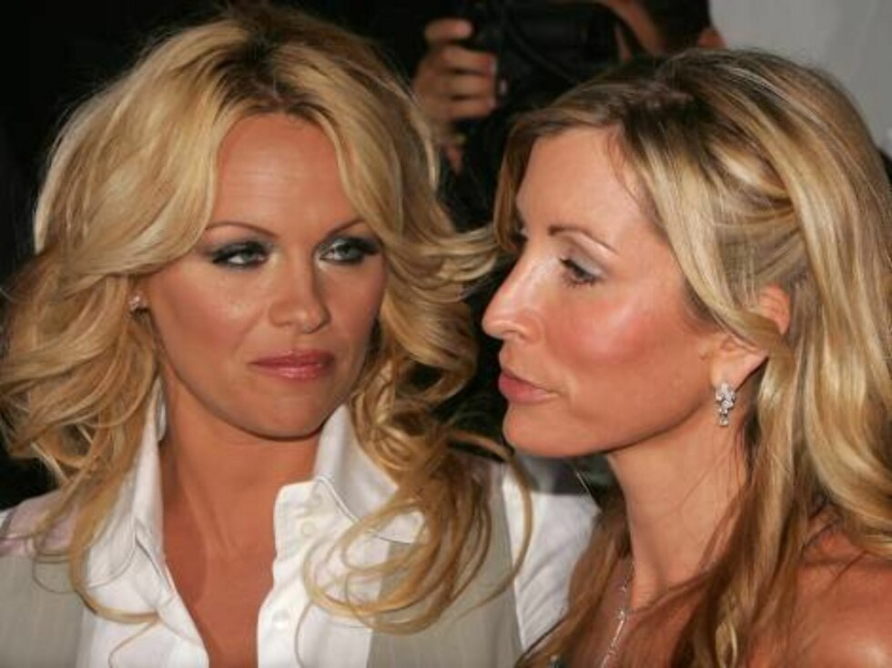 HOLLYWOOD - SEPTEMBER 10:  Actress Pamela Anderson (L) and Heather Mills, wife of Paul McCartney arrive at PETA#2019s 15th Anniversary Gala and Humanitarian Awards at Paramount Studios on September 10, 2005 in Hollywood, California.  (Photo by Kevin Winte Foto: All Over Press