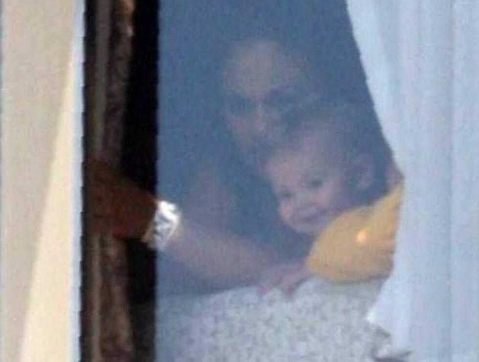 TITTEI: Sean Preston titter ut av sykehuset like etter mamma Britneys fødsel. Foto: All Over Press