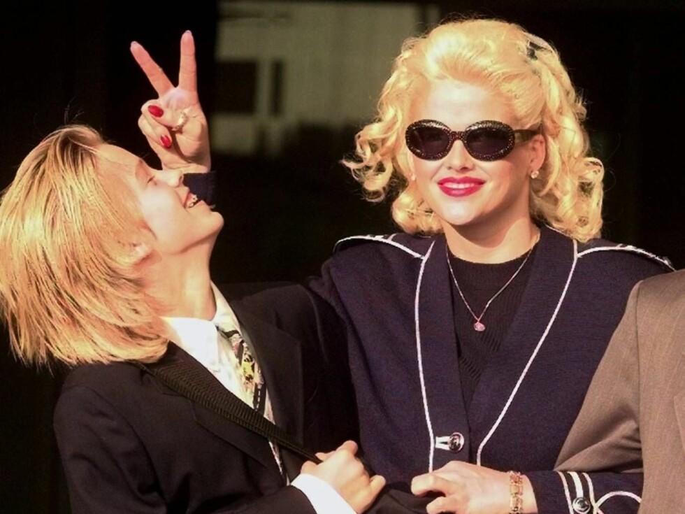 SØRGER: Anna Nicole Smith har holdt seg unna offentligheten siden sønnen døde. Nå må hun vente enda en måned før hun finner ut hva Daniel døde av. Foto: AP