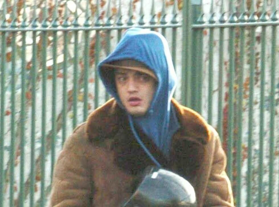 TITT-HEI! Skandalerockeren Pete Doherty prøver desperat å gjemme seg. Men det funker ikke helt. Foto: Stella Pictures