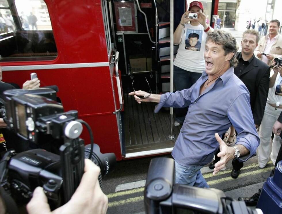 FOTOFJES: David Hasselhoff lager ablegøyer for pressen. Foto: All Over Press