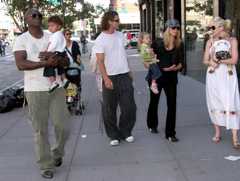 """""""BARSELGRUPPE"""": Supemodellen Heidi Klum og popartisten Gwen Stefani (t.h.) sammen med menn og barn slår av en babyprat på gata i Hollywood.  Foto: All Over Press"""