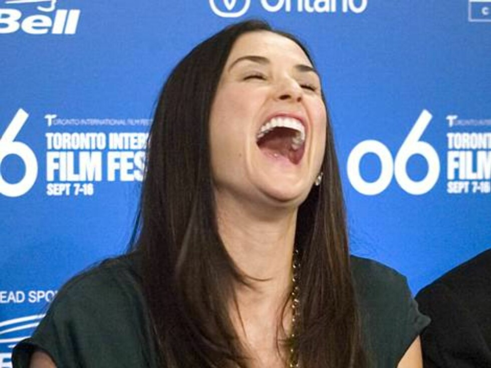 "Actor Demi Moore laughs as she listens to Emilio Estevez's response during a news conference for the film ""Bobby"" at the Toronto International Film Festival in Toronto, Thursday Sept. 14, 2006. (AP Photo/CP  Adrian Wyld) Foto: AP/Scanpix"