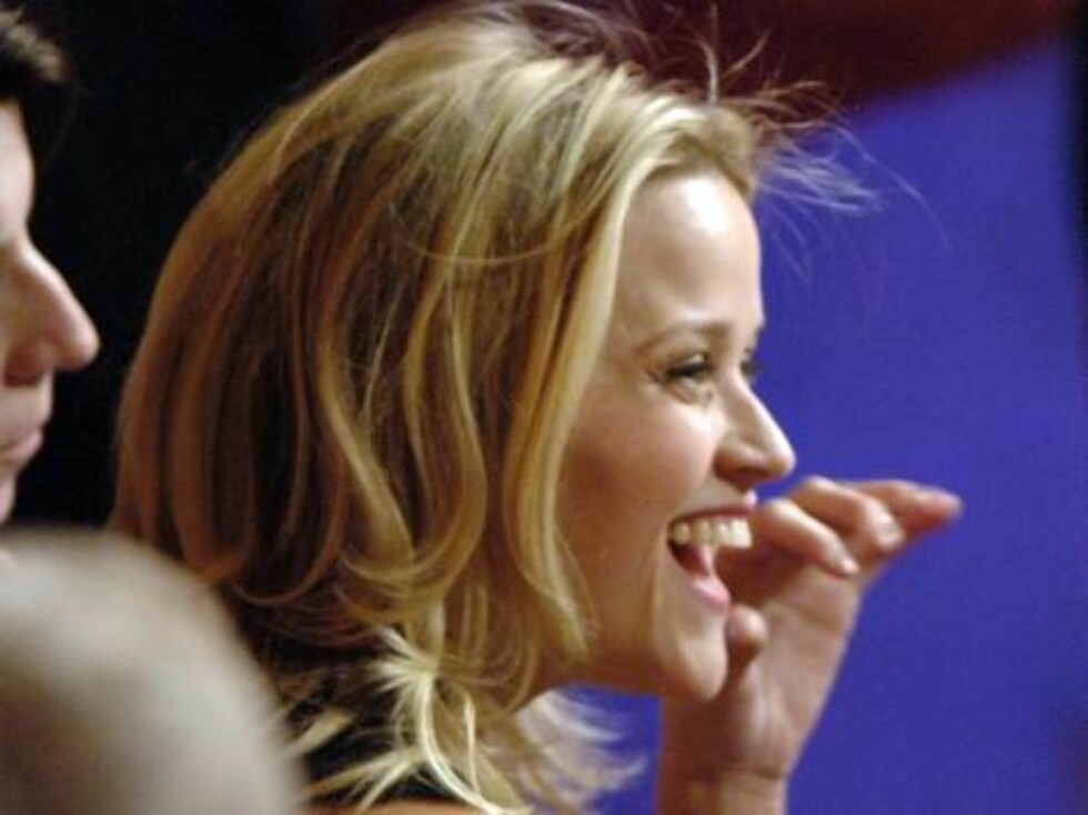 Actress Reese Witherspoon laughs as she watches the show at the 2006 Teen Choice Awards in Universal City, Calif., on Sunday, Aug. 20, 2006. (AP Photo/Phil McCarten) Foto: AP/Scanpix
