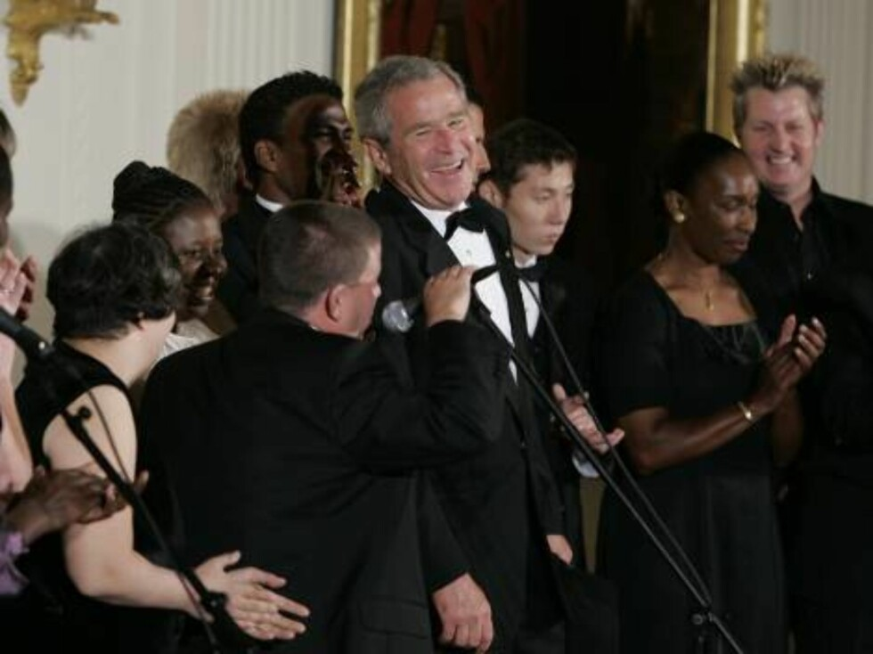 President Bush, center, laughs as he stands on stage with unidentified Special Olympics athletes after they listened to the band Rascal Flatts in the East Room of the White House following a dinner honoring the Special Olympics and founder Eunice Kennedy Foto: AP/Scanpix