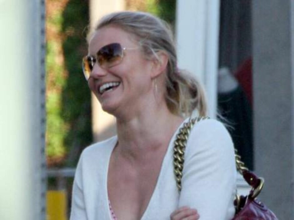 "Cameron Diaz wearing her ""engagement ring"" is rumored to be soon married_ for the end of the year_ with longtime boyfriend Justin Timberlake. Cameron has just been listed as one of the best paid Hollywood actresses after Julia Roberts. December 1, 2005 X1 Foto: All Over Press"