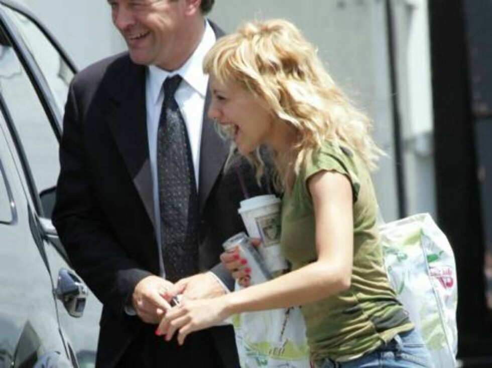 Code: X17XX8- Blanco, CULVER CITY, USA, 16.06.2004: ACTRESS Brittany Murphy has a good laugh as she exits her car at Smashbox photo studios for a photo shoot.  The giggly actress wore stilleto heals with her jeans and appears to be carrying her wallet in Foto: All Over Press