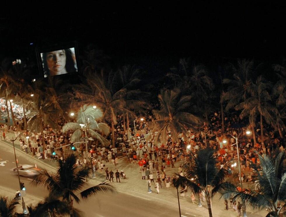 """MAGISK: Stemningen sto i taket da sesong tre av """"Lost"""" braket løs på stranda. Foto: AP/Scanpix"""