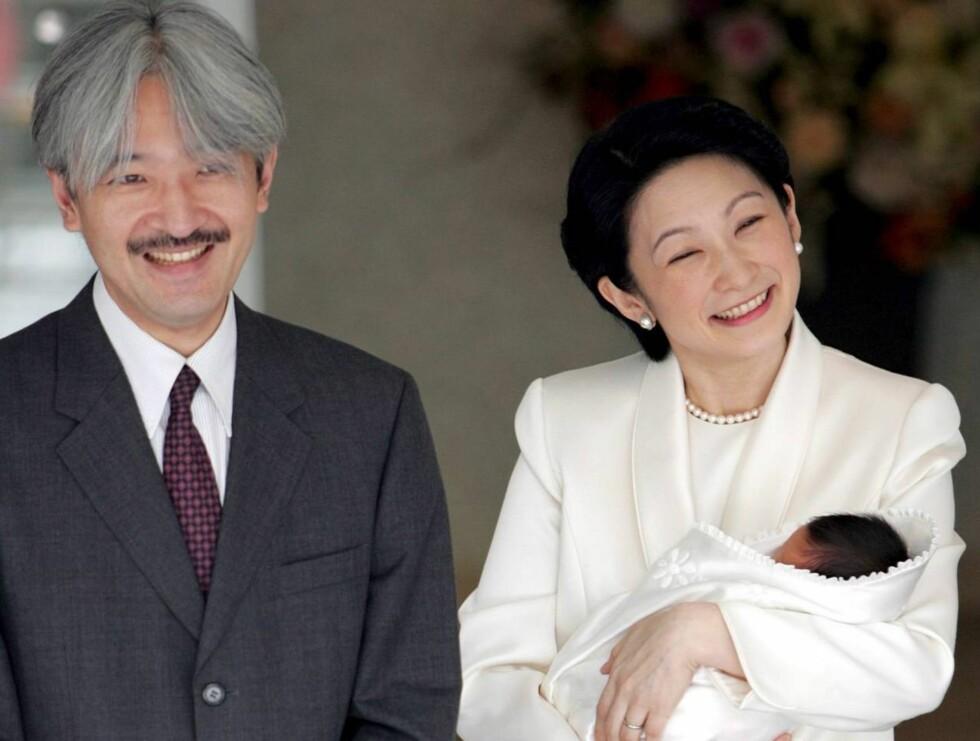 STOLTE FORELDRE: Prins Akishino og prinsesse Kiko med sin nyfødte sønn.    Foto: SCANPIX