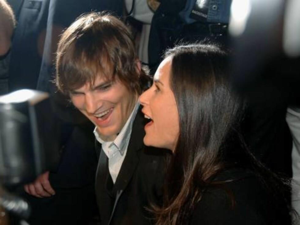 Skuespillerparet Ashton Kutcher og Demi Moore koser seg under showet. Foto: All Over Press