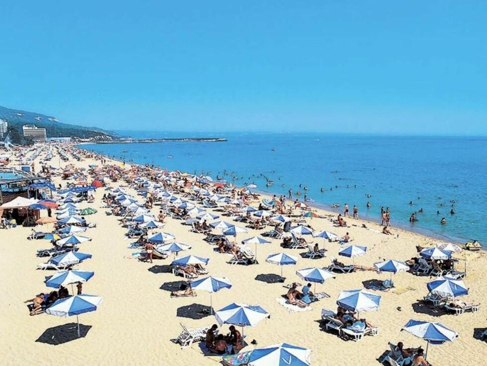 FOLKSOMT:  I Bulgaria finner du kilometer med lange hvite strender.  Stranden fylles opp utover dagen.