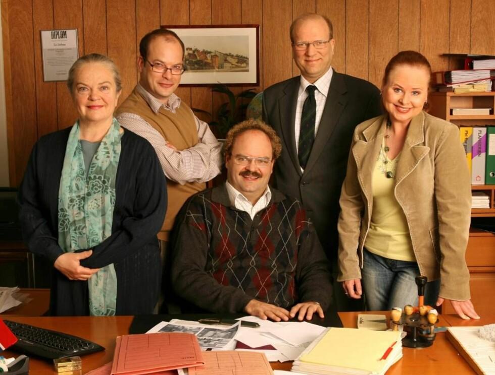 BYRÅKRATER: Denne gjengen utgjør persongalleriet i NRKs nye komiserie - Etaten. Foto: NRK