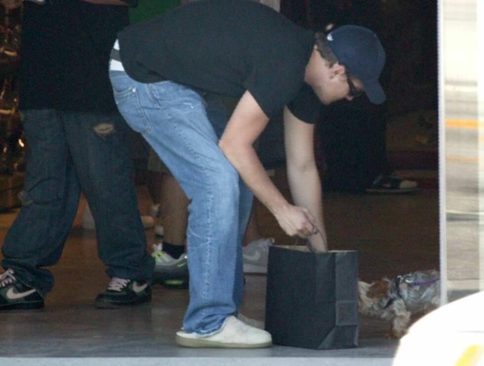 KOS: Etter å ha fått seg et par nye sko, tok filmhelten seg tid til å klappe en hund. Foto: All Over Press