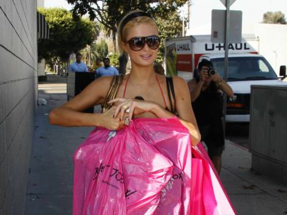 West Hollywood 2006-09-19  Paris Hilton tries on and buys loads of Betsey Johnson, making sure the label is visible as she slowly makes her way to her car from Betsey's West Hollywood boutique. Note that the in-store posing goes way beyond the usual. When Foto: STELLA PICTURES