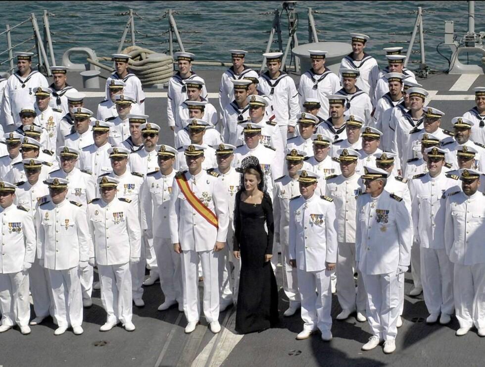 SVARTKLEDD: Letizia skilte seg ut blant de hvite uniformene. Foto: Stella Pictures