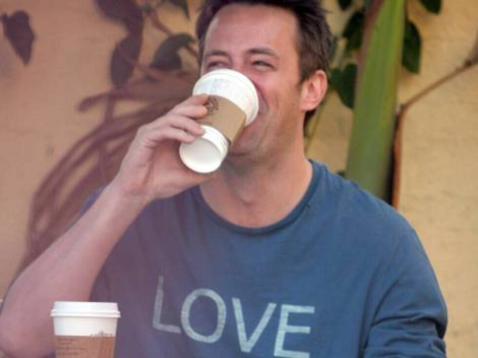 "Skuespilleren Matthew Perry tar seg en styrt kaffe mens han drømmer om ""peace and love"" ... Foto: All Over Press"