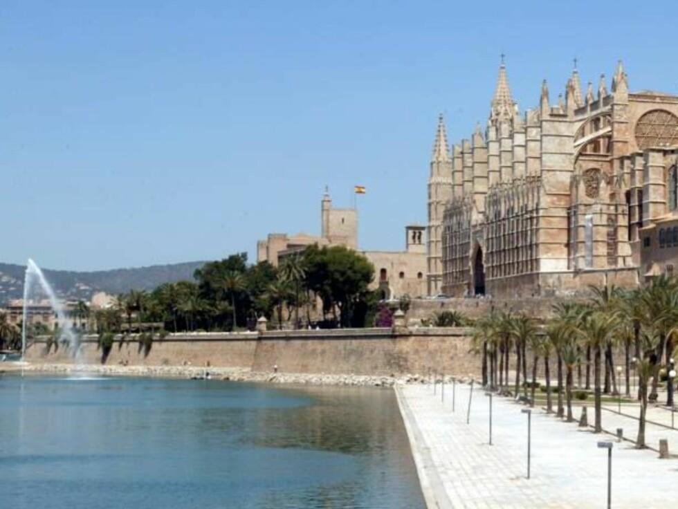 MAJESTETISK: Mallorcas hovedstad er en moderne metropol, med spennende shopping og pulserende kafeliv. Katedralen våker over sin by som en omsorgsfull mor. Foto: Se og Hør