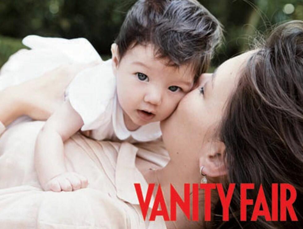 KYSS: Suri ligner mye på mamma. Foto: Faksimile, Vanity Fair