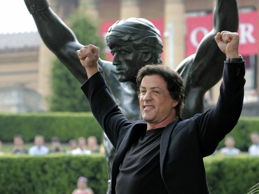 SEIERSHERRE: Stallone gjentok sin klassiske Rocky-positur da han presenterte statuen i Philadelhia Foto: AP